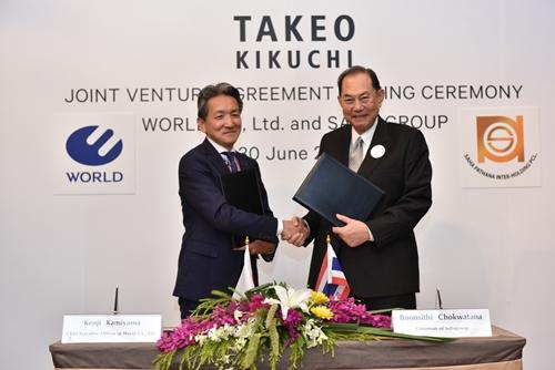 นายบุณยสิทธิ์ โชควัฒนา (ขวา) ประธานเครือสหพัฒน์ เซ็นสัญญาร่วมทุนกับ นายเคนจิ คามิยามา (ซ้าย) ประธานเจ้าหน้าที่บริหาร ประธาน บริษัท เวิลด์ จำกัด ประเทศญี่ปุ่น
