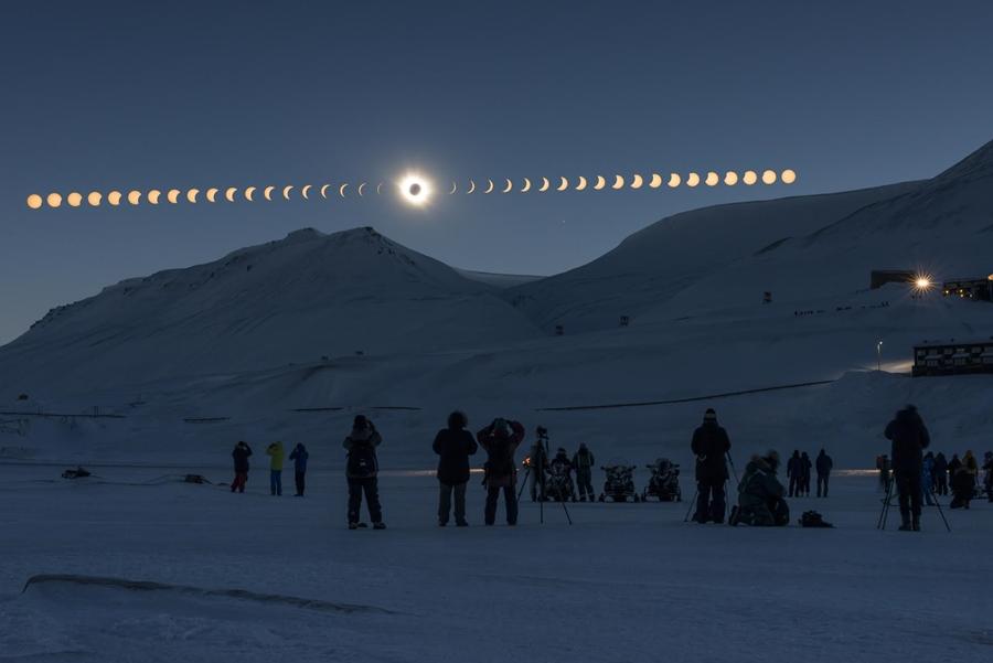 ภาพถ่ายปรากฏการณ์สุริยุปราคาเต็มดวง ที่ได้รับรางวัลชนะเลิศประเภท Photo Sequence เป็นภาพลำดับเหตุการณ์ หนึ่งในภาพถ่ายประเภทสวยงาม (Beauty of the Night Sky) ของการประกวด The 7th Earth & Sky Photo Contest ซึ่งผู้ถ่ายวางแผนการหามุมรับภาพก่อนการถ่ายภาพ ทำให้สามารถจัดองค์ประกอบภาพได้ตามที่วางแผนไว้เป็นอย่างดี (ภาพโดย : ธนกฤต  สันติคุณาภรต์ / Camera : Nikon D800 / Lens : Nikon 50mm. f/1.4 / Focal length : 50 mm. / Aperture : f/11.0 / ISO : 400 / Exposure : 1/800 sec x 1 Image (ผ่านฟิลเตอร์) 0.6 sec x 38 Images (ฉากหน้า))