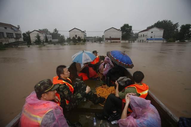 เจ้าหน้าที่หน่วยกู้ภัยกำลังช่วยผู้อาศัยในเขตประสบภัยน้ำท่วมในซินโจว มณฑลหูเป่ย เมื่อวันที่ 1 ก.ค.