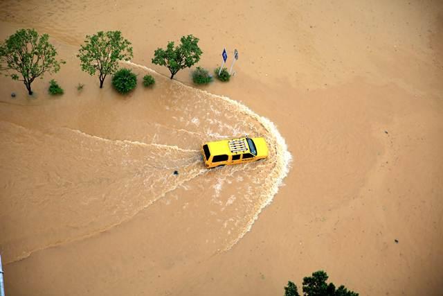 น้ำท่วมถนนในหรงเจียง มณฑลกุ้ยโจว ภาพเมื่อวันที่ 2 ก.ค. (ภาพ รอยเตอร์ส)