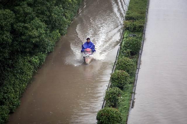 น้ำท่วมถนนในฉางโจว มณฑลเจียงซู ภาพเมื่อวันที่ 2 ก.ค. (ภาพ รอยเตอร์ส)