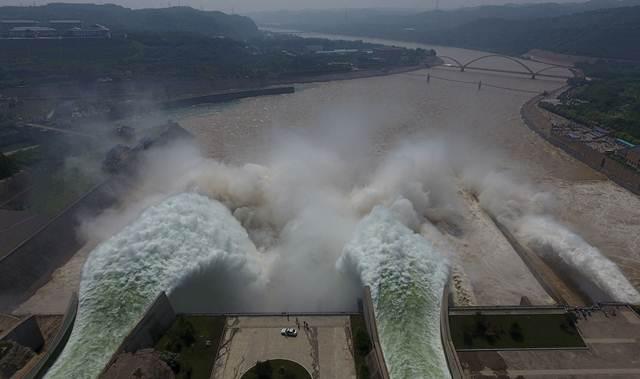 น้ำกำลังทะลักออกจากประตูระบายน้ำของเขื่อเสี่ยวล่างตี่บนแม่น้ำเหลืองใกล้เมืองลั่วหยางในมณฑลเหอหนันเมื่อวันที่ 29 มิ.ย. ทั้งนี้เจ้าหน้าที่เขื่อนจะเปิดประตูน้ำทุกปีเพื่อระบายน้ำนับล้านตันออกจากแม่น้ำ (ภาพ เอเอฟพี)(ภาพ เอเอฟพี)