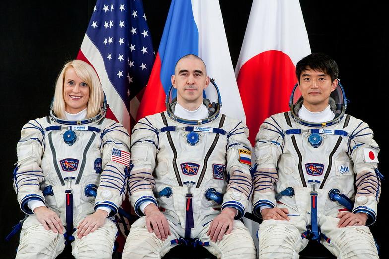 แคธลีน รูบินส์ จากองค์การบริหารการบินและอวกาศแห่งชาติสหรัฐฯ (นาซา), อนาโตลี อิวานิชิน นักบินอวกาศชาวรัสเซีย และ ทาคุยะ โอนิชิ จากองค์การสำรวจอวกาศของญี่ปุ่น (JAXA)