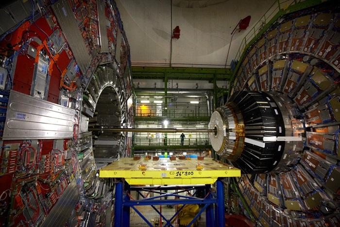 ช่างเทคนิค (กลาง) ยืนใกล้เครื่องตรวจวัดอนุภาคซีเอ็มเอส (REUTERS/Denis Balibouse/File Photo)
