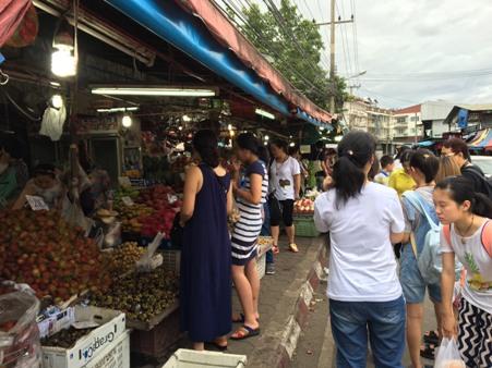 ตี๋หมวยแห่ชอปชิมผลไม้ตลาดเมืองใหม่ ซื้อดะทั้งทุเรียน 3 พู 650 บาท-มังคุดกิโลฯ ละร้อย
