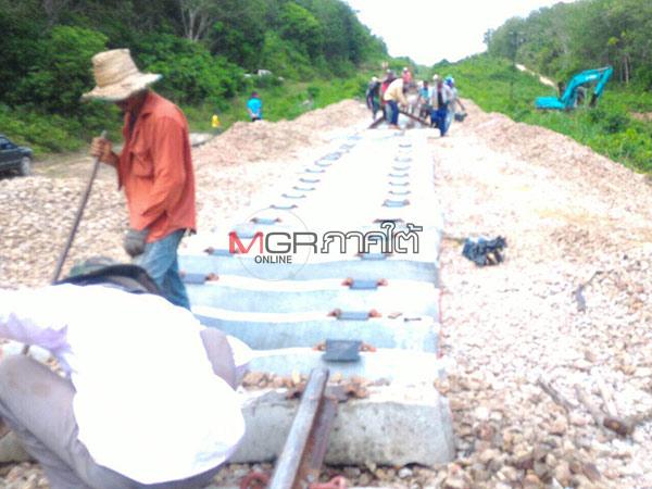 ชาวบ้านดือแยเข้าช่วยซ่อมแซมรางรถไฟ หลังเสียหายจากเหตุระเบิดที่รือเสาะ