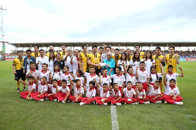 """""""เต๋า สมชาย"""" ขนอดีตทีมชาติลงฟาดแข้งการกุศล หาเงินช่วยโรงเรียนไฟไหม้"""