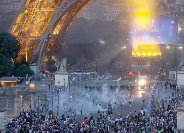 ฝรั่งเศสปิดหอไอเฟล หลังแฟนฟุตบอลยูโรปะทะกับตำรวจ