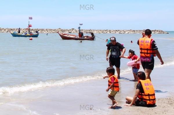 """""""หาดเจ้าสำราญคึกคัก"""" แจกเสื้อชูชีพฟรีให้นักท่องเที่ยวลงเล่นน้ำทะเลเพื่อเพิ่มความปลอดภัย"""