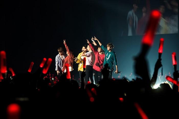 """""""iKON"""" จัดเต็มเอาใจแฟนไทยร้องเพลงใหม่ครั้งแรกแถมเบิ้ลช่วงอังกอร์"""
