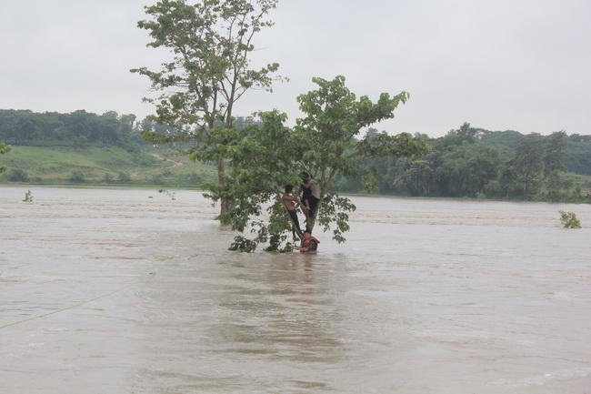 สังเวยแล้วกว่า 90 ศพ น้ำท่วมและดินถล่มเนปาลกับอินเดีย ชาวบ้าน 2 ล้านอพยพหนีตาย