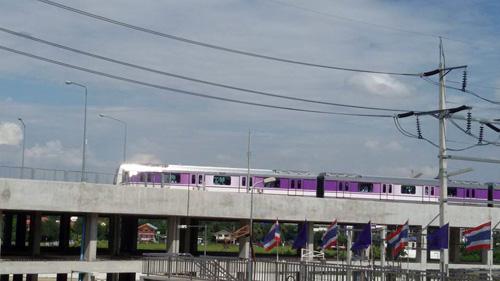 เปิดแล้วรถไฟฟ้าสายสีม่วง!! ประชาชนแห่ลองของใหม่คึกคัก