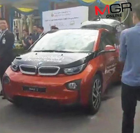 """พาไปดู BMW i8 และ i3 รถยนต์ขับเคลื่อนด้วยไฟฟ้า ที่ """"บิ๊กตู่"""" ลองนั่ง"""