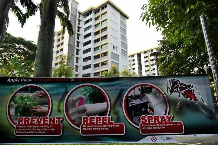 แผ่นป้ายแนะนำวิธีป้องกันการแพร่ระบาดของยุงลาย ซึ่งเป็นพาหะของเชื้อไวรัสซิก้า ติดอยู่ที่กลุ่มอาคารที่พักอาศัยกลุ่มหนึ่งในเขตอัจูนิเอด เครสเซนต์ ในสิงคโปร์ เมื่อวันจันทร์ (29 ส.ค.)  สิงคโปร์ยืนยันในช่วงสุดสัปดาห์ที่ผ่านมาว่า พบผู้ติดเชื้อไวรัสนี้ที่เกิดจากการถ่ายทอดเชื้อภายในท้องถิ่นเองรวม 41 ราย