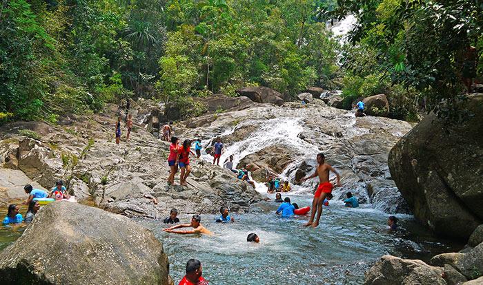 นักท่องเที่ยว มาเที่ยวเล่นน้ำที่น้ำตกไพรวัลย์ กันเป็นจำนวนมากในช่วงวันหยุดสุดสัปดาห์
