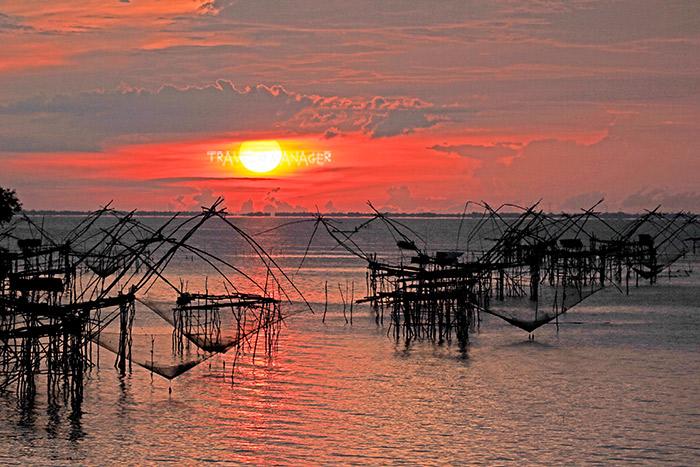 พระอาทิตย์ขึ้นที่คลองปากประ กับยอยักษ์เรียงราย