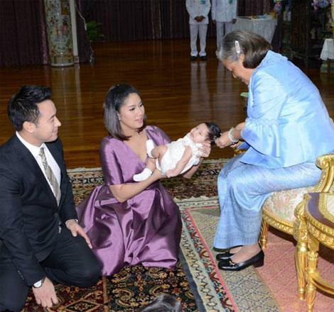 """สมเด็จพระเทพรัตนราชสุดาฯ ทรงขลิบผมไฟให้ """"น้องปริม"""" ลูกสาวพ่อมิค-แม่เบนซ์"""
