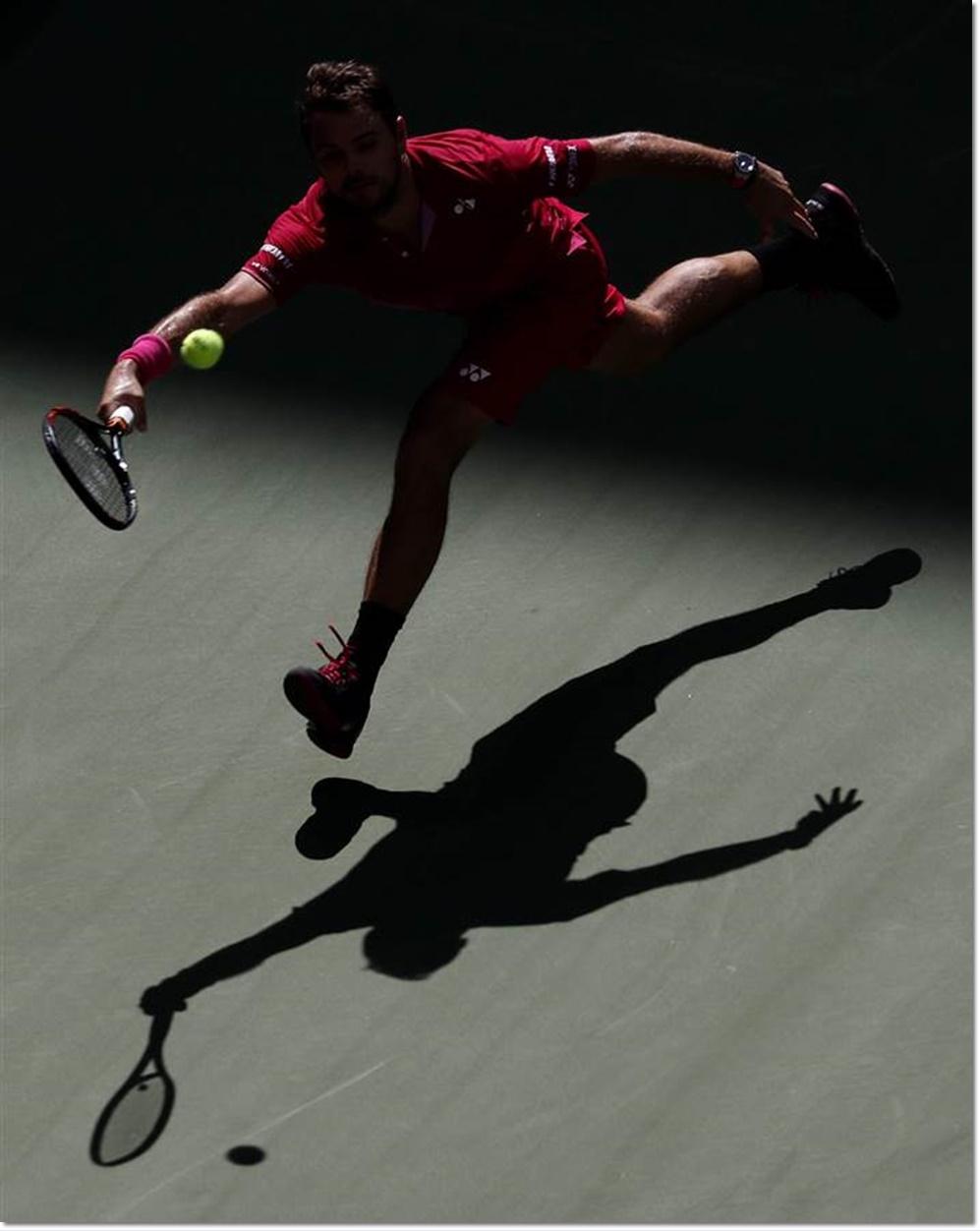 นักเทนนิส สแตน วาพรินกา (Stan Wawrinka) จากสวิตซอร์แลนด์กำลังอยู่ในท่วงท่าหวดลูกโต้กลับไปยังคู่แข่งจากสเปน เฟอร์นานโด เวอร์ดซัสโก ในการแข่งขันวันที่ 2 ของรายการยูเอสโอเปนแชมเปียนชิพส์ในวันอังคาร(30 ส.ค) ซึ่งจัดขึ้นในนิวยอร์ก สหรัฐฯ ภาพจากเอเจนซีส์