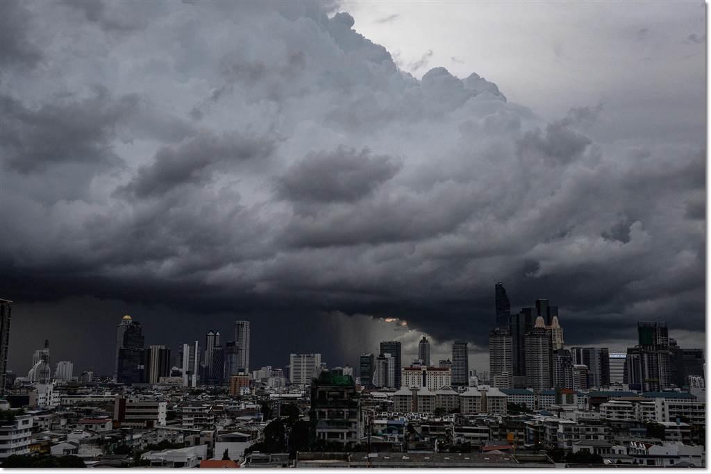 ภาพกรุงเทพฯในวันจันทร์(29 ส.ค)ภายใต้ความมืดครึ้มของก้อนเมฆฝนขนาดมหึมา ภาพจากเอเอฟพี