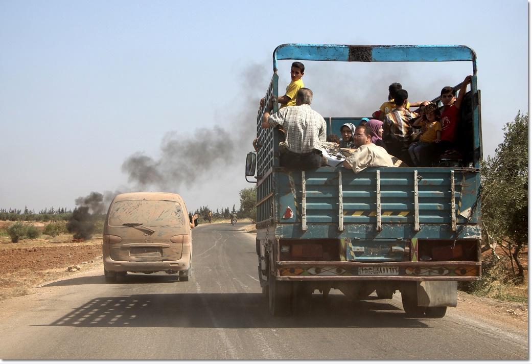 ประชาชนชาวซีเรียหลบหนีการปะทะระหว่างกลุ่มมุสลิมติดอาวุธ the Jund al-Aqsa และกองกำลังรัฐบาลซีเรียในวันพุธ(31 ส.ค) ในเมืองทายยิบัต อัล อิหม่าม( Tayyibat al-Imam )ทางตอนเหนือของซีเรีย ภาพจากเอเอฟพี