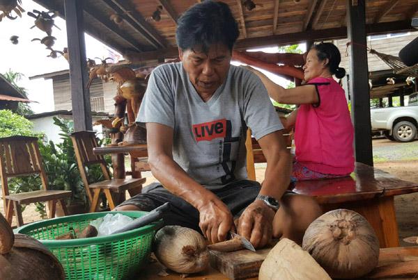 ไม่ยอมว่าง! ชาวนาบุรีรัมย์หาเก็บลูกมะพร้าว-ลูกตาลแห้งหล่นทิ้ง ประดิษฐ์รูปสัตว์ขายนักท่องเที่ยว