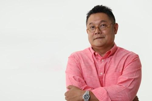 อาจารย์อรรฆย์ ฟองสมุทร ภัณฑารักษ์ของหอศิลปมหาวิทยาลัยกรุงเทพ