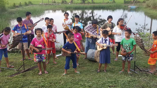 ให้ได้อย่างนี้ซิ! เด็กบ้านนาที่บุรีรัมย์ประยุกต์วัสดุเหลือใช้บรรเลงเพลงกระหึ่มทุ่ง