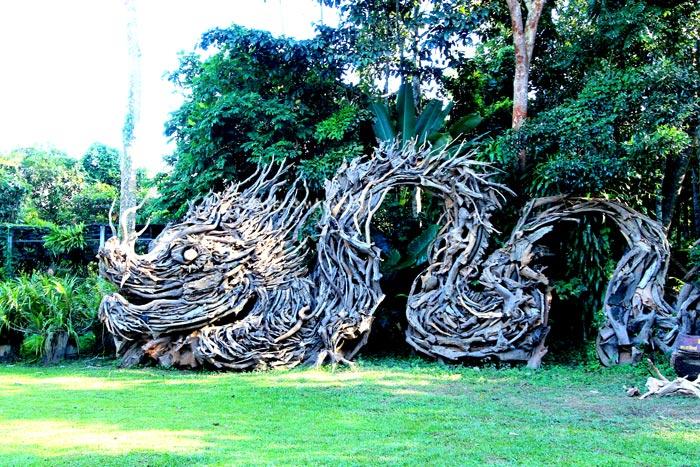 ประติมากรรมมังกรสร้างจากไม้เทพธาโร ที่วังเทพธาโร