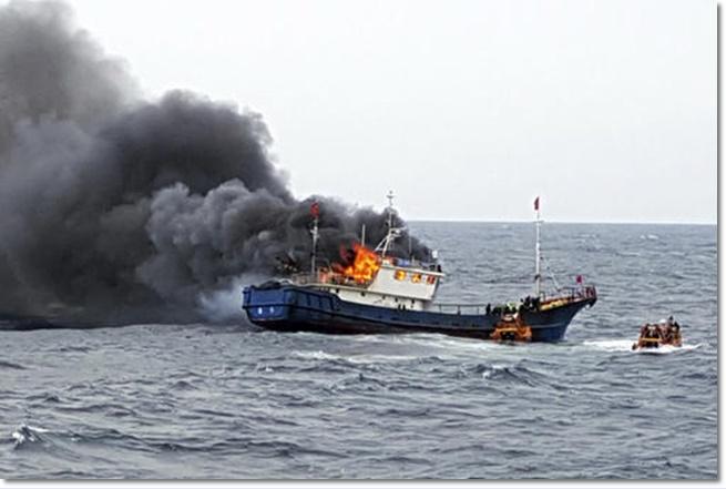3 ประมงจีนเป็นศพในเรือประมงที่เกิดไฟลุกโหมนอกชายฝั่งเกาะฮอง หลังถูกยามฝั่งเกาหลีใต้ใช้ระเบิดแสงยิง