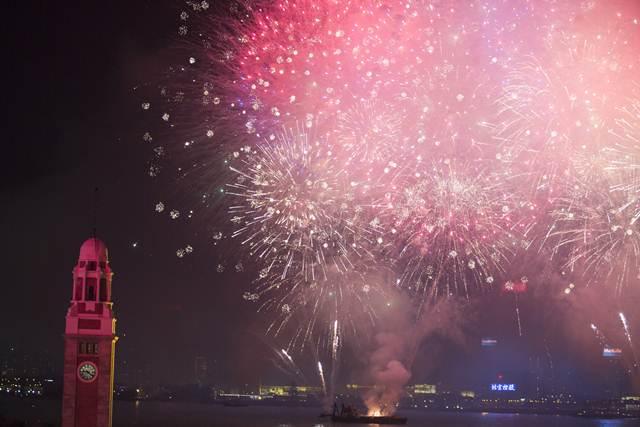 ภาพดอกไม้ไฟฉลองวันชาติจีนที่อ่าววิคตอเรียฮ่องกง วันที่ 1 ต.ค. 2016 (ภาพ เอเอฟพี)