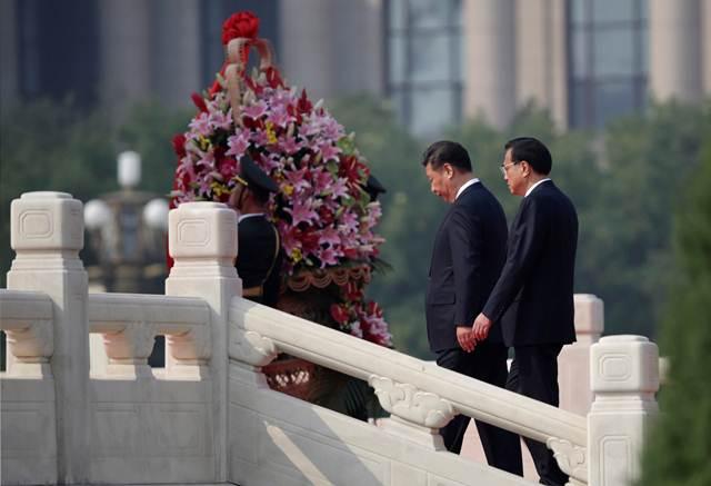 ประธานาธิบดีสี จิ้นผิง (ซ้าย) และนายกรัฐมนตรีหลี่ เค่อเฉียง เข้าร่วมพิธีบวงสรวง หน้าอนุสาวรีย์วีรบุรุษประชาชน ณ จัตุรัสเทียนอันเหมิน ก่อนถึงวันครบรอบ 67 ปี ของการสถาปนาสาธารณรัฐประชาชนจีน ภาพเมื่อวันที่ 30 ก.ย. 2016 (ภาพ รอยเตอร์ส)