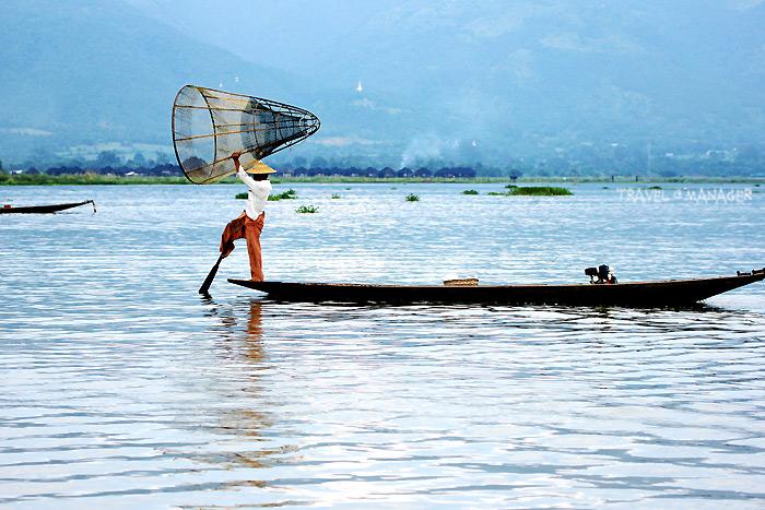 ทะเลสาบอินเล กับมนต์เสน่ห์แห่งวิถีชาวอินตาที่สามารถใช้เท้าพายเรือแทนมือได้