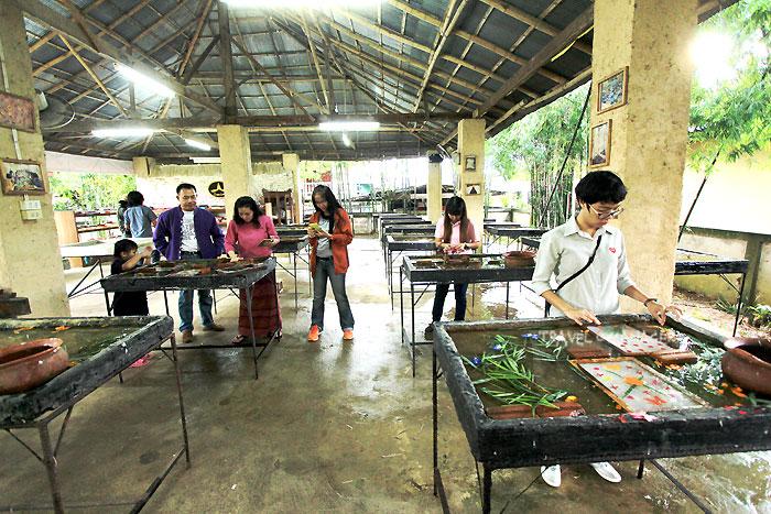 นักท่องเที่ยวสามารถทดลองทำกระดาษสาด้วยตัวเองได้ที่จินนาลักษณ์กระดาษสา
