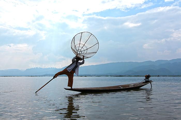 ชาวอินตาผู้มีความสามารถใช้เท้าพายเรือแทนมือ
