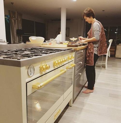 """""""จ๋า ยศสินี"""" โชว์เสน่ห์ปลายจวัก พร้อมอวดโฉมห้องครัวใหม่สุดอลังการ"""