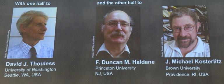 ภาพระหว่างประกาศผลรางวัลโดย เดวิด เจ.ธูเลส , เอฟ.ดันแคน เอ็ม ฮัลเดน และ เจ. ไมเคิล คอสเตอร์ลิตซ์ รับรางวัลโนเบลสาขาฟิสิกส์ปีล่าสุด (JONATHAN NACKSTRAND / AFP )