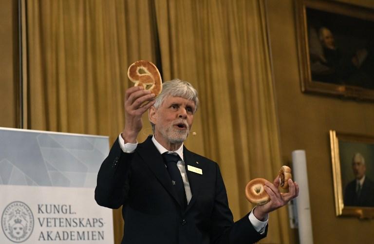 ธอร์ส ฮานส์ ฮานสัน (Thors Hans Hansson) สมาชิกคณะกรรมการรางวัลโนเบลสาขาฟิสิกส์ อธิบายถึงผลงานที่ได้รับรางวัลปีล่าสุด(JONATHAN NACKSTRAND / AFP )