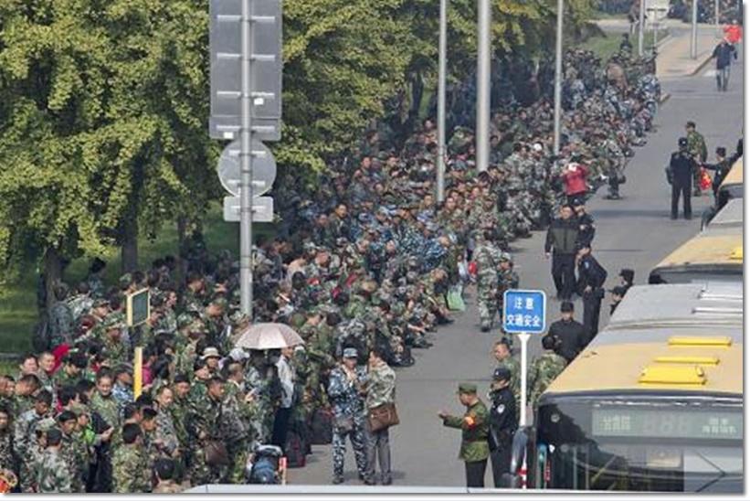 ตัวเลขเติบโตเศรษฐกิจเป็นเหตุ ทหารจีนนับพันแห่ประท้วงหน้ากลาโหมแดนมังกร หลังปักกิ่งสั่งปลดออกรวดเดียว 300,000 ตำแหน่ง