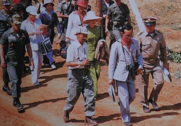 ทรงตรากตรำเพื่อปวงชนชาวไทย