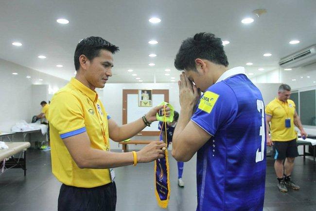 โค้ชซิโก้ เผยปลอกแขนกับธงที่กัปตันทีมต้องนำไปแลกเปลี่ยนกับคู่แข่ง เป็นเสมือนเครื่องเตือนใจว่าพระองค์ท่านอยู่กับพวกเราตลอดในสนาม (ขอบคุณภาพจากเว็บเพจ Thailand National Team Gallery)