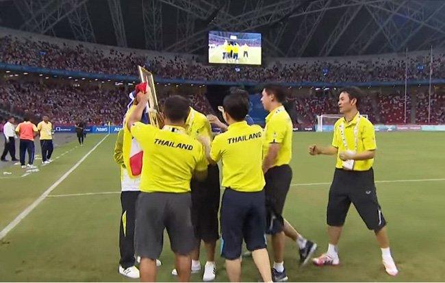 โค้ชโชคทวี พรหมรัตน์ หลั่งน้ำตาก้มกราบพระบรมฉายาลักษณ์ในหลวง เมื่อวันที่ฟุตบอลทีมชาติไทยสามารถคว้าแชมป์ซีเกมส์ ครั้งที่ 28 ที่ประเทศสิงคโปร์