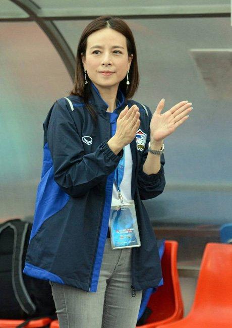 """นางฟ้าแห่งวงการฟุตบอลไทย """"มาดามแป้ง"""" นวลพรรณ ล่ำซำ ผู้สร้างประวัติศาสตร์พาฟุตบอลหญิงทีมชาติไทยไปบอลโลก (ขอบคุณภาพจากอินเตอร์เน็ต)"""