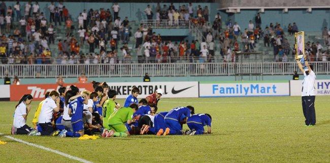 เกินคำบรรยาย นักฟุตบอลหญิงทีมชาติไทย ก้มกราบพระบรมฉายาลักษณ์ในหลวง ในวันคว้าแชมป์