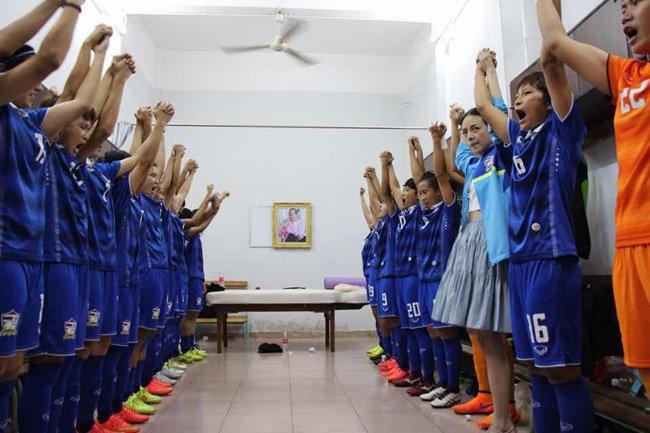 ก่อนแข่งนักฟุตบอลหญิงทีมชาติไทยจะร่วมกันร้องเพลงสดุดีมหาราชา เพื่อเป็นขวัญกำลังใจก่อนลงไปสู้เพื่อชาติ