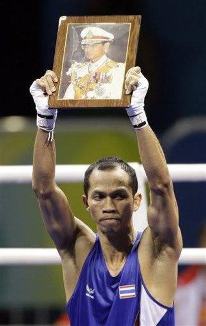 """""""สมจิตร จงจอหอ"""" อดีตนักมวยสากลสมัครเล่นทีมชาติไทย ฮีโร่เหรียญทองกีฬาโอลิมปิก 2008 (ขอบคุณภาพจากอินเตอร์เน็ต)"""