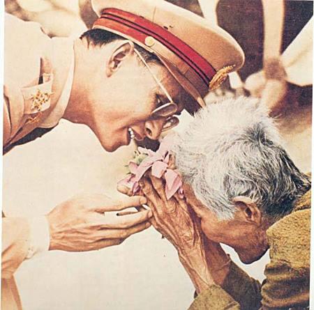 """""""ทำไมคนไทยถึงรักพระมหากษัตริย์พระองค์นี้ถึงเพียงนี้"""" คำถามของชาวโลกที่คนไทยมีคำตอบอยู่เต็มหัวใจ แต่ตอบยาก!!!"""