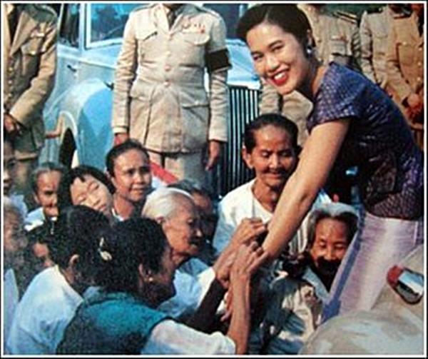 สมเด็จพระบรมราชินีก็ทรงยิ้มแจ่มใสต่อความจงรักภักดีของราษฎร