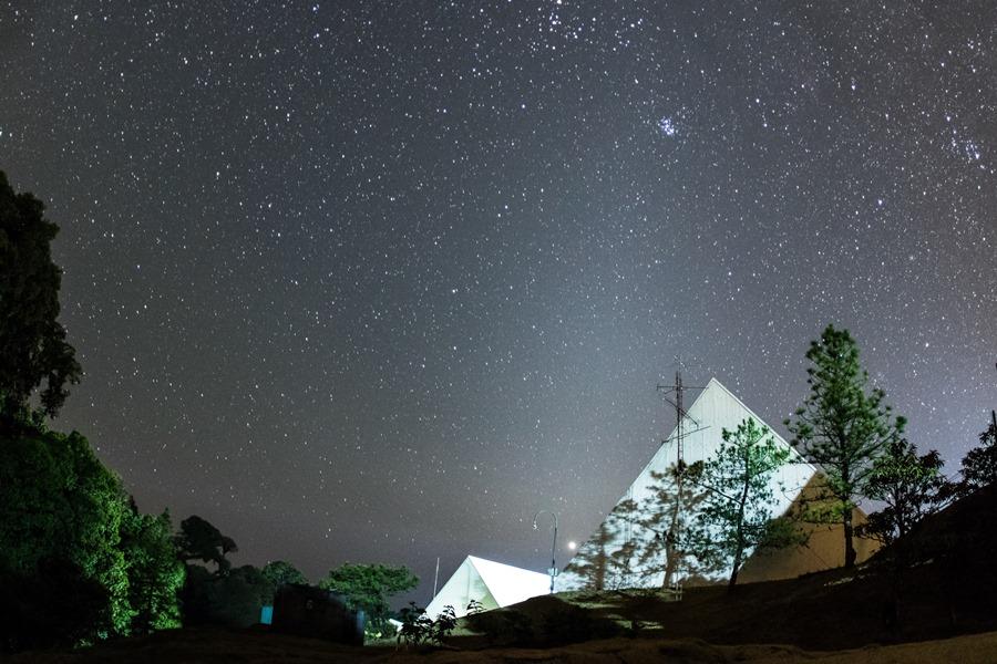 ภาพถ่ายแสงจักราศี (Zodiacal Light) ทางทิศตะวันตก หลังจากที่แสงสนธยาของตะวันตกดินลับฟ้าไปแล้ว   (ภาพโดย : ศุภฤกษ์  คฤหานนท์ / Camera : Canon 7D Mark ll / Lens : Canon EF15mm f/2.8 Fisheye / Focal length : 15 mm. / Aperture : f/2.8 / ISO : 3200 / Exposure : 30 sec)