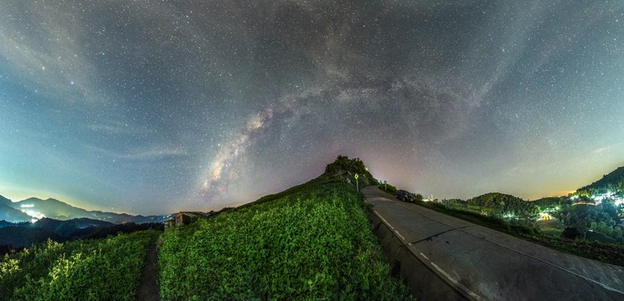 ภาพทางช้างเผือกแบบพาโนรามา ในช่วงเดือนพฤศจิกายน ทางทิศตะวันตกเฉียงใต้ โดยใช้เทคนิคการถ่ายภาพแบบพาโนรามา จำนวน 2 แถวในแนวตั้ง รวมทั้งหมด 20 ภาพ (ภาพโดย : ศุภฤกษ์  คฤหานนท์ / Camera : Canon 5D Mark ll / Lens : Canon EF 16-35 mm. / Focal length : 16 mm. / Aperture : f/2.8 / ISO : 2000 / Exposure : 30 sec / WB : 4200K / Panorama : 20 Images)
