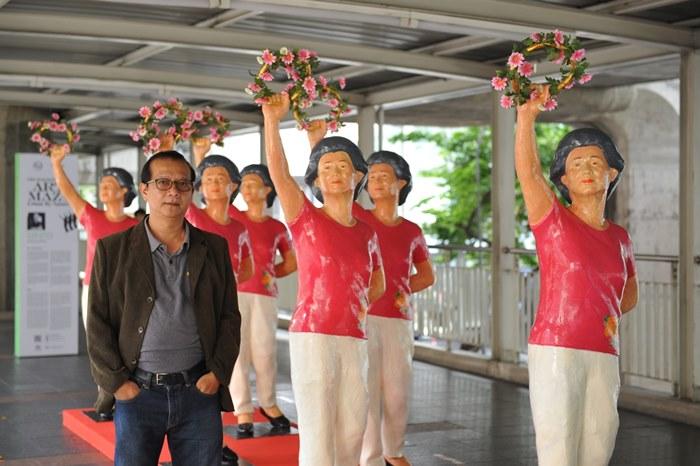 Six Dancers  ผลงานศิลปะโดย  สาครินทร์ เครืออ่อน จัดแสดงบริเวณสกายวอล์คด้านหน้าทางเข้าหลัก ศูนย์การค้าเซ็นทรัลเวิลด์ เป็นผลงานประติมากรรมรูปผู้หญิงเต้นรำเป็นกลุ่ม  สร้างจากกระดาษอัด (Paper Mache) สื่อถึงสำนึกเรื่องชุมชนและส่วนรวมที่ถูกแทนที่ด้วยความเป็นปัจเจกชน